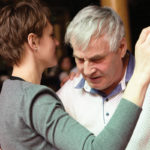 Pai dançando com a filha