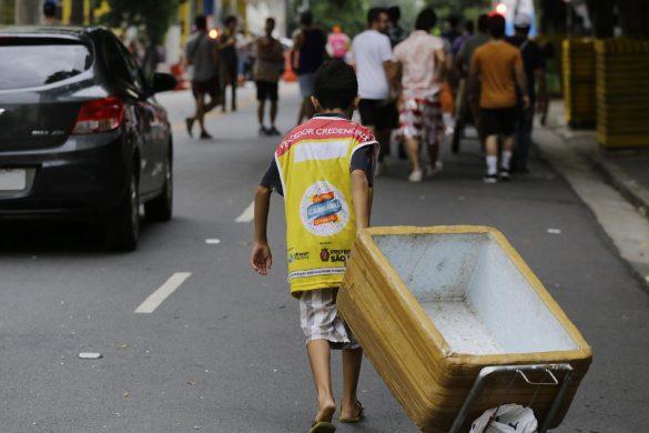 Adolescentes consomem livremente bebida alcoolica no carnaval